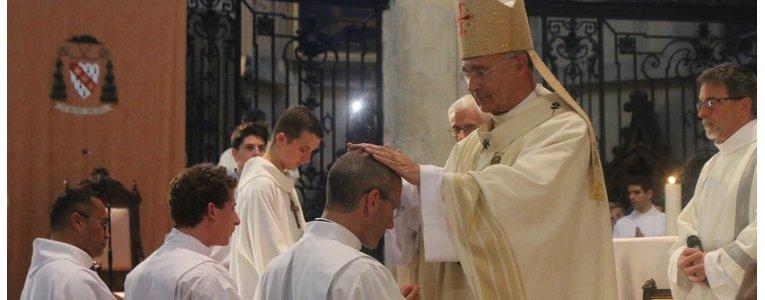 Un prêtre pour Noël